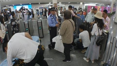 老伯醉酒倒在地铁站内  这次施救的民警还是他
