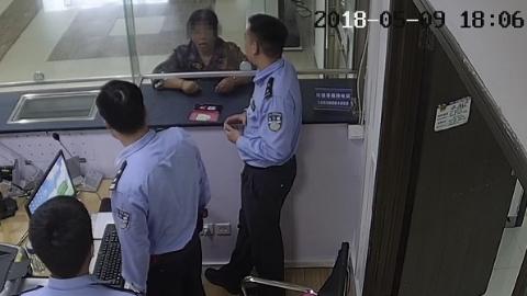 """老太被骗2万余元还不听劝 真警察当面拆穿""""假警察"""""""