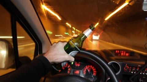 """""""酒驾男""""就是不配合!警方要求强制检测血液酒精浓度"""
