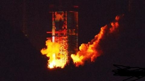 """九天揽月搭""""鹊桥"""" 嫦娥四号中继星发射升空"""