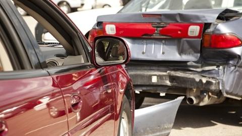 奉贤一路口两车追尾 致使后车男童和家长受伤