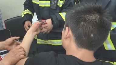 男子装配箱包不慎被铆钉打穿拇指 金山消防紧急救援