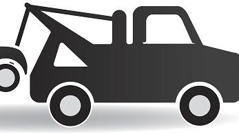 牵引车救援抛锚大货车 却双双失控撞进绿化带