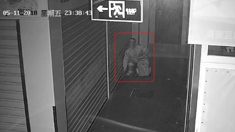 """小偷席卷菜场2000多枚硬币 背包""""叮铃哐啷""""异响引来警察"""