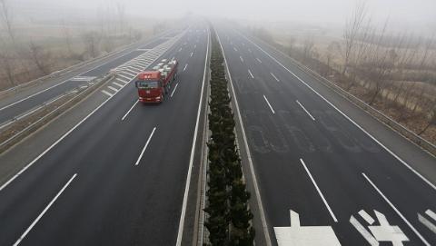 G1501上海绕城高速外圈今天凌晨两辆货车追尾 一名司机死亡