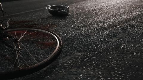两区分别发生轿车与电瓶车相撞事故 造成两人受伤