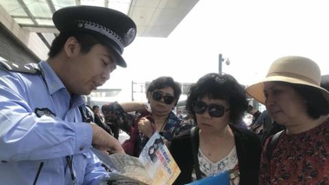 """上海铁警开展拒乘""""黑车""""宣传活动"""