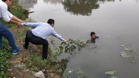 女子跳河执意轻生  民警跨入河道将其救起