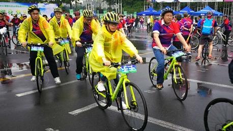大雨倾盆热情不减 健康骑行倡导科学健身