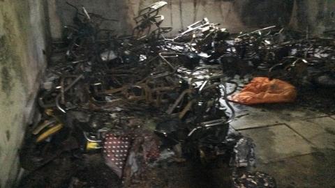 居民小区非机动车停车棚突发大火 管理员堆物成隐患