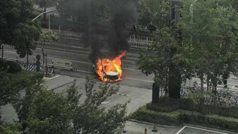 轿车起火瞬间烧成车架 幸无人员伤亡