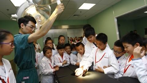 """小学生变身""""见习小医生"""" 体验医生是怎么炼成的"""