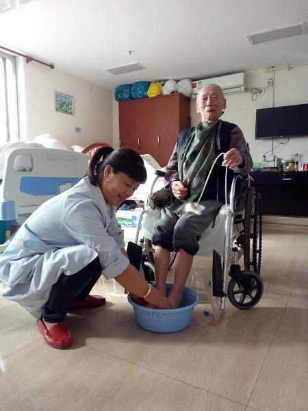 翟亚玲生活照2——为老人洗脚.jpg