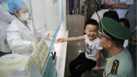 """""""军娃""""们的儿童节:感受父母工作环境 享受别样节日体验"""