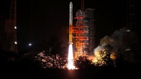 """我国第一代高轨气象卫星完美""""收官"""" 风云二号最后一星成功发射"""