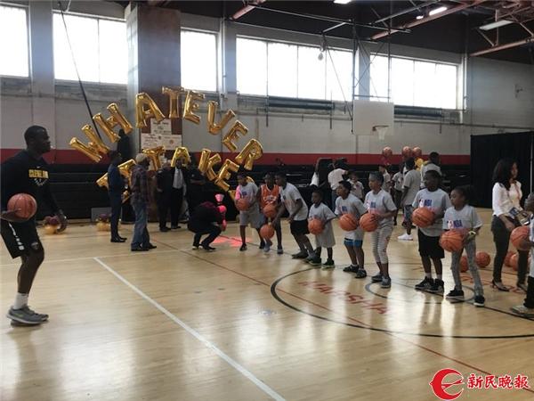 孩子们在新捐建的篮球场打篮球.jpg