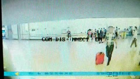 女童行李箱被人顺手牵羊 民警与列车长开微信视频携手找回