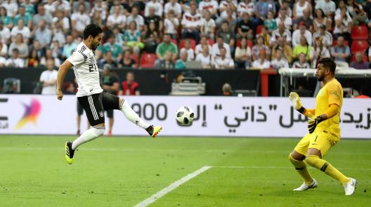 热身赛德国队终于赢球 京多安因合影事件难逃嘘声