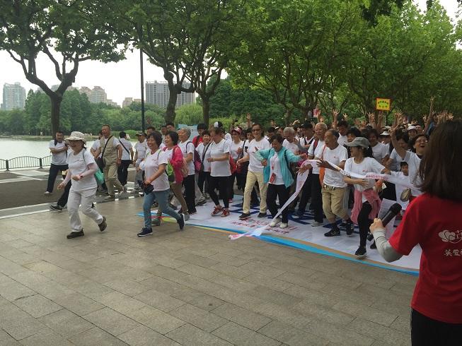 """助力幸福养老 """"英爱颐年 予爱相伴""""主题健康徒步行公益活动上午举行"""
