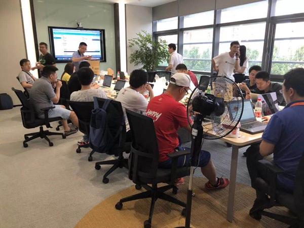 淘票票阿里虹桥中心上影节项目技术保障中心紧张忙碌 图IC.jpg