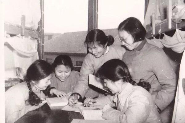 90171班的韩小平宿舍的女生们在一起学习.jpg