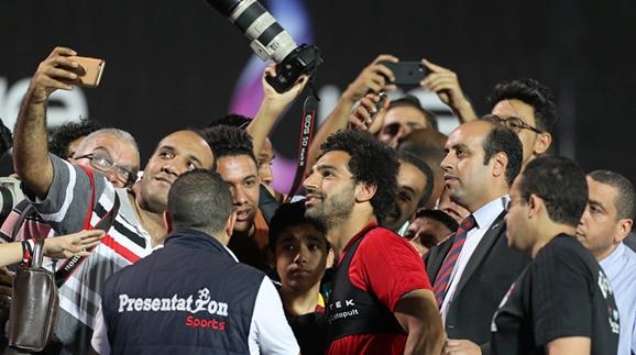 萨拉赫提醒球迷:合影可以,肩膀别碰!