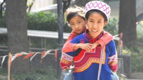 从小患病只能蹲着走的哈尼族女孩来上海医治啦!
