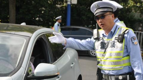 驾车撞坏交通信号灯后逃逸 被抓后罚款扣分还要拘留