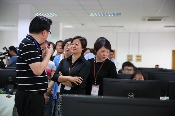 考生家长代表在高考语文评卷中心组组长的带领下参观高考语文评卷点2(摄影:陆嘉辉).JPG