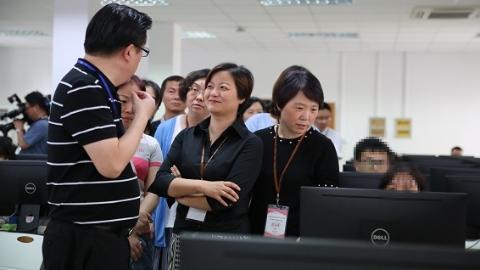 高考作文怎么批?考生家长代表参观上海秋季高考评卷点