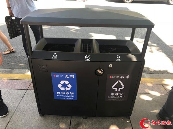 南京东路上的深黑色废物箱,与周边环境相得益彰 裘颖琼 摄.jpg
