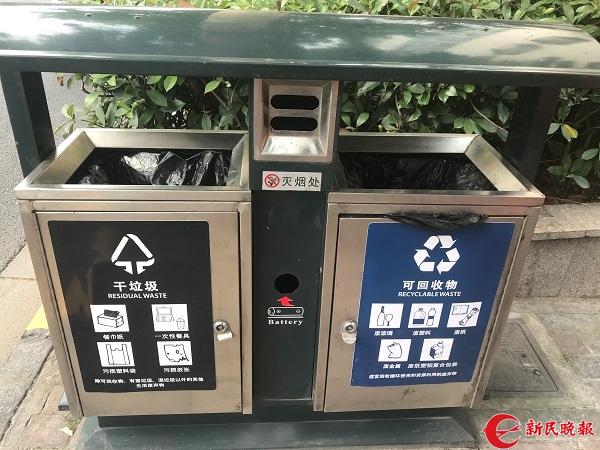 在虹口区凉城路一公交车站旁,废物箱不再只有寥寥几字,而是图文并茂地指导行人如何分类 裘颖琼 摄.jpg