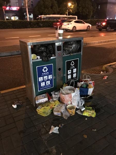 长宁路上,个别废物箱旁堆满了垃圾 王蕾 摄.jpg