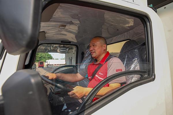 京东物流传站车司机老李在氢能源物流车的驾驶室.jpg