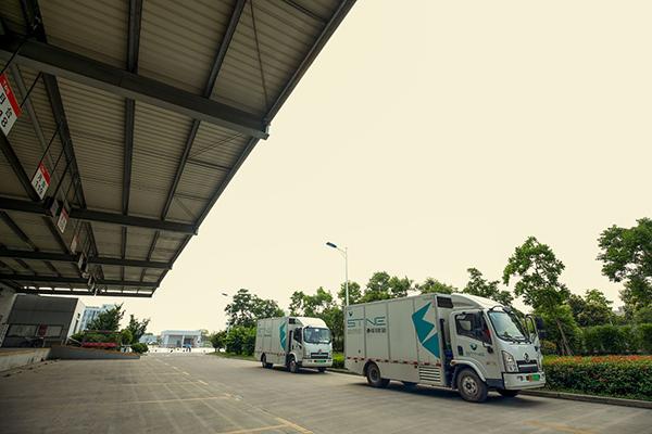 氢能源物流车驶离京东物流上海亚洲一号物流园区.jpg