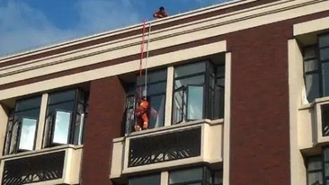 """女子割腕自残还想跳楼 消防队员伺机行动""""绳降""""救人"""