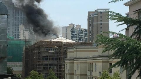 工人加热沥青不慎 居民楼顶楼起火