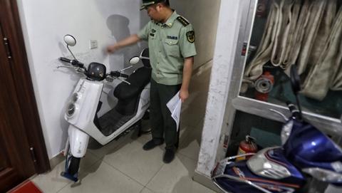 """上海电动自行车消防安全综合治理工作会议:从根本上解决电动车""""进楼入户"""""""