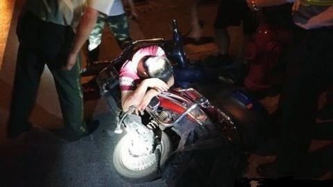 骑车人被压车底流血不断 消防官兵协助120合力救助