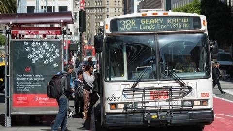 闹市巴士有真情