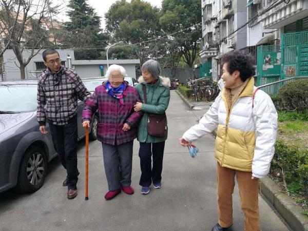 社工和志愿者一起护送老人回家.jpg