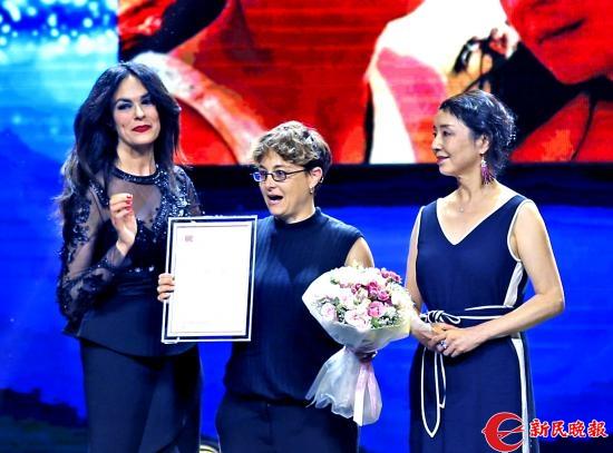 意大利名模玛丽亚和作家严歌苓为获得媒体关注影片的意大利电影《我的女儿》颁奖-郭新洋.jpg