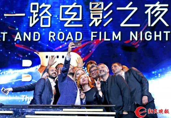 """""""一带一路""""沿线国家的电影节主席在电影之夜现场自拍-郭新洋.jpg"""