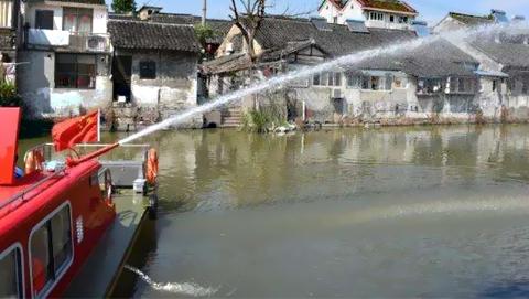 上海首艘古镇消防船在金山上岗 水炮射程超30米