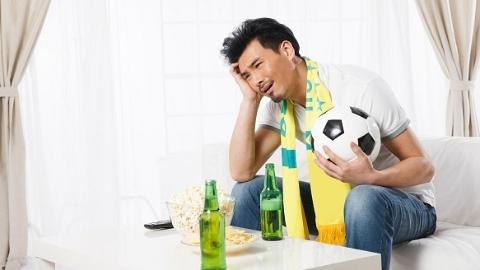 铁杆球迷熬夜观战世界杯 诱发心脑疾病险丧命