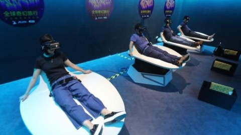 """戴上VR眼镜乘坐动感座椅  来""""城市客厅""""体验伦敦高空滑水"""