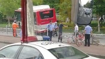 漕宝路上一公交车冲入人行道 撞伤一行人
