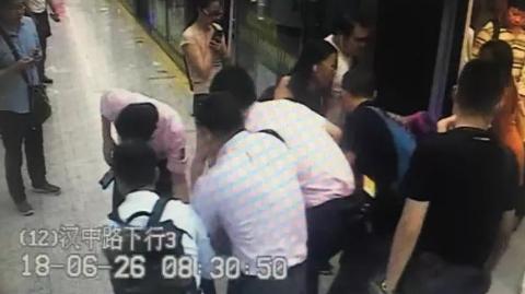 阿婆晕倒地铁车厢 车站工作人员争分夺秒救助