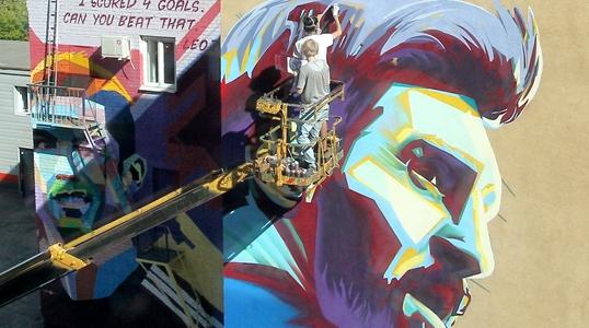 "C罗""对峙""梅西 喀山街头两大球星涂鸦成一景"
