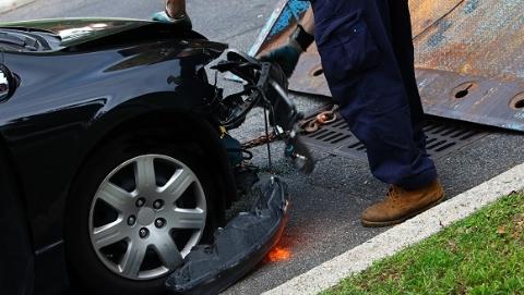 沪青平公路上一轿车和电瓶车发生碰撞 骑车人当场身亡